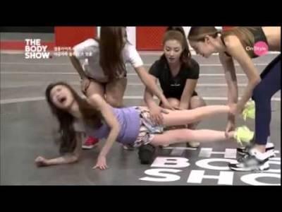 韓國節目「用滾筒」頂正妹,讓她當場叫到癱軟!沒想到她趴下去的那一瞬間,所有人都笑翻了...