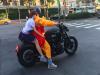 震撼!袈裟男「騎BMW重機」在台北市區放閃,把路人全都嚇壞了!沒想到「後座女生」竟然...