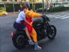 震撼!袈裟男「騎BMW重機」在台北市區放閃!路人往後一看瞬間嚇壞!沒想到那女生竟然是...
