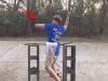 小男孩一心想用手「劈斷樹枝」卻屢次挑戰失敗!最後「怒氣爆發」的瞬間,網友們都看傻了...