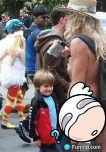 這個小男孩看到哥哥的GG被嚇呆的表情。哎呀,這算不算是虐待兒童啊