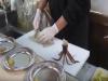 震撼!魷魚被廚師一刀切成兩半,害網友全嚇傻了!沒想到那條魷魚最後竟然...太可怕了!