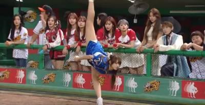 韓國性感女團成員Cosplay春麗擔任開球嘉賓,當她腿一劈開表演招牌絕技「奪命後空翻」時網友都被嚇壞了啊!