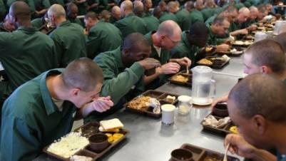 美國監獄竟然用「拉麵」當籌碼,吹起這股古怪的流行的原因竟然是...