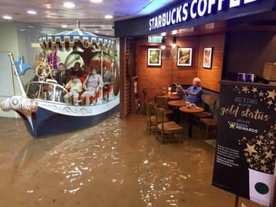 史上最蛋定星巴克阿伯成為全球話題!就算洪水來也要喝咖啡,沒想到照片一被上傳竟被網友改成這樣!