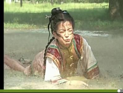 《還珠格格》小燕子「趙薇」當年在拍第一集時,居然被要求得真的喝下這「豬都不吃的髒東西」!?