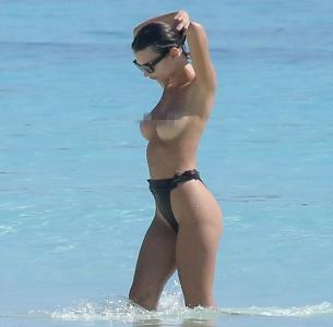 「超火辣比基尼正妹」轉過身來大家都驚呆了居然是《控制》裡的「關鍵角色」!她在「海邊全裸」的原因超霸氣