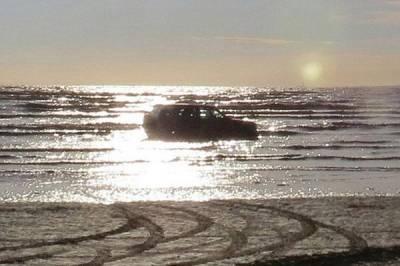 開車去海灘絕對是個錯誤的選擇,後果難以想像