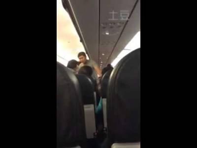 丟盡華人的臉!40歲女因為不爽「空姐這個舉動」竟把滾燙熱水往她臉上潑,男友還大讚做得好!