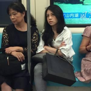 男子求網友「神人」找捷運上的正妹,超神網友找到人跟捷運上「差超大」,男子哭笑不得...「人前人後也差太多」...