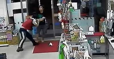 奧客污辱店員:「沒讀書才來便利商店廢」!下一秒店員「霸氣反應」讓在場所有人大呼過影直喊:「超爽的啦」!