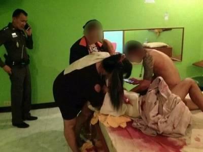 泰國正妹轟趴在玻璃桌上大玩「狗趴式」結果…網友表示:「這個畫面會讓我一輩子站不起來!」