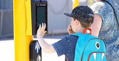 紐西蘭「推出超狂紅綠燈電玩」和罰單說掰掰!過馬路等紅綠燈好無聊?和對面的人來場球賽吧!