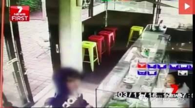 澳洲小青年居然敢持刀搶劫華人老闆的麵館?老闆兩把菜刀分分鐘教你做人!