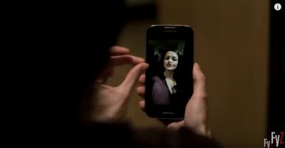 這名女子想傳給男友一張她的「爆乳自拍照」,沒想到鏡頭「後方突然出現的東西」讓人血液瞬間凍結了!