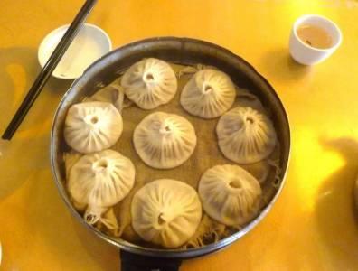 這幫外國人真的「氣壞所有台灣人」了,竟然把「小籠包」吃成如此誇張,網友看了說快放下你那「邪惡的筷子」