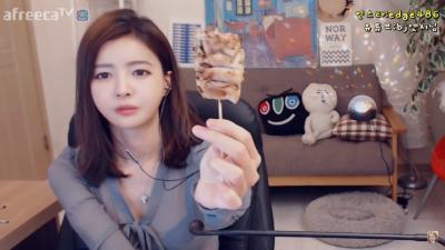 韓國性感美女在直播中自爆「最喜歡吃大的東西」,然後就用「超火辣的姿勢」開始示範!網友看了都直呼受不了!