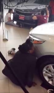 一群人狂吻汽車直到趴下睡著,這個臉書直播,令無數網友全程問號臉...
