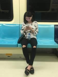 這名男子想請網友幫忙神出捷運正妹,卻反被「鏡子的反射」出賣了「這個超爆笑亮點」,最後根本沒人關心正妹了XD
