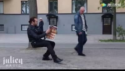 帶個「隱形椅」在街上隨便一坐,路人都嚇歪了!