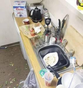 英國正妹「勇奪500英鎊成為全國最髒亂的宿舍」超噁爛!不知道「那些垃圾」是從哪裡生出來的...