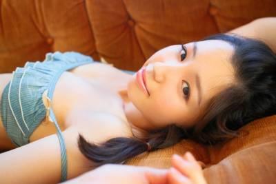 曾被稱作天使的她,今日卻成變態!清純日本女星轉大人,「掀起洋裝」拍寫真...男網友們全都暴動了!