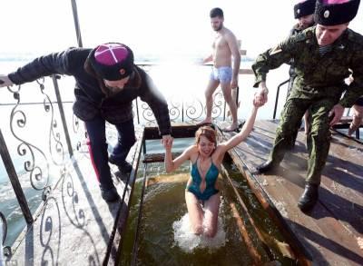 這些俄羅斯美女紛紛挑戰「穿比基尼跳下-30度冰水」,看到下水瞬間「高潮神情」...秒懂為何岸上都是男人!