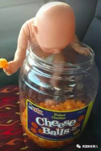 一個黑道大哥般的漢子,卻帶個洋娃娃逛超市,大家以為他是深井冰,然而..