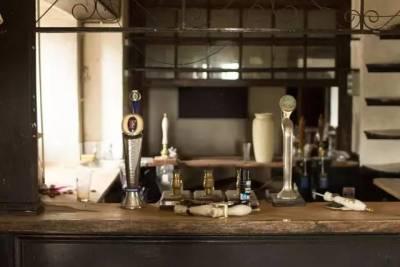 一個即將結業的百年老酒館,一幫不甘心放棄的居民,拯救行動就這麼展開了...