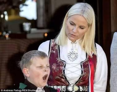 挪威國王哈拉爾五世的80歲生日慶祝會上,一個孩子紅了