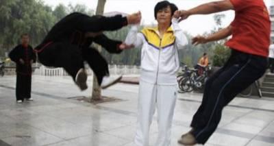 史上最強太極女宗師現身!閆芳輕輕一掌「震飛10人」,記者親自用肉體去體會說出這句「超驚人感想」!