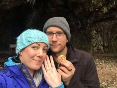 把求婚戒指藏在女友項鍊一年再求婚,這樣的求婚得越來越出其不意了...
