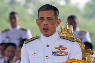 搞裸體派對,愛穿露臍裝還有假紋身…這個泰國新國王是王室里的一股泥石流……