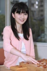 她15歲時被網友笑是「最醜女棋士」,現在24歲的她徹底蛻變成「大眼氣質正妹」,和服照讓網友直呼「戀愛」!
