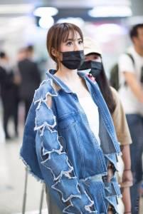 蔡依林今天竟然「穿這樣」現身上海機場,網友看了全身都難受:「乾脆不要穿!」