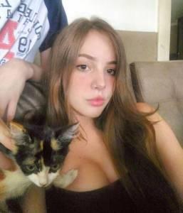 這個巴西正妹才17歲就已經夠犯規了,沒想到「轉身看到的動動蜜臀」直接癱瘓全網路!