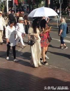 網友逛街捕獲野生范冰冰穿「露肩」粉嫩長裙本人美翻!仔細一看卻驚呼:「瘦到只剩骨頭了!」