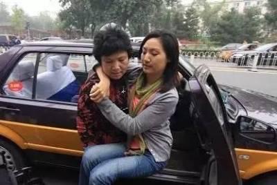 她是中國首位輪椅上的女主播,22歲成為芒果台當家花旦,卻患絕症全身癱瘓,在輪椅上讀完碩士