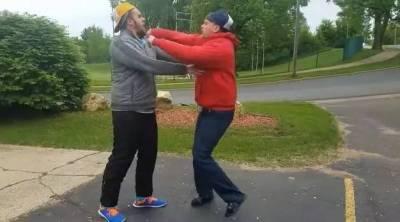 當兩個人互看不爽時,打架前一定要先來個「脫衣秀」比拚...