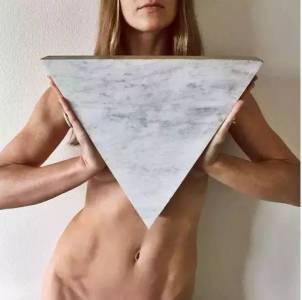 她全裸走遍世界,只為告訴你:脫下衣服,才是平等