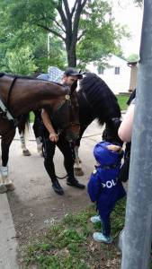 想買警服當警察,3歲小女孩街邊賣檸檬水攢錢。萬萬木想到,一群警察從天而降...