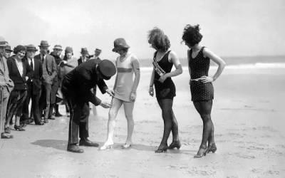 夏天女孩在海邊穿比基尼玩水很平常,可是100年前左右在美國,女孩子到海邊穿的泳衣,必須被警察量長度,太短還會被逮捕驅離現場