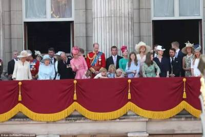 女王過生日,然而喬治小王子 夏洛特小公主可愛稚氣的舉動吸引目光
