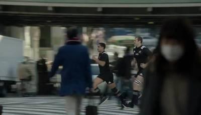 瘋了!紐西蘭橄欖球隊隊員們在日本街頭橫衝直撞,將路人都掀翻在地,女學生都不放過!