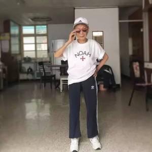 88歲潮嬤學繪畫 報英語班,街拍紅遍網絡,這股潮流即將席捲對岸