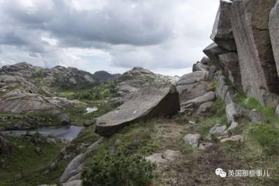在挪威南部城市,有一個非常「雄風」的天然地標景觀,那是很多遊客必拍照打卡的地方,然而大家萬萬沒想到....