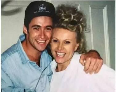她年過60,身材發福,滿臉皺紋,卻讓小13歲澳洲男神愛慕21年!
