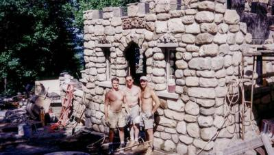 這位單親爸爸23歲時買下一塊地,花了30年為兒子造了一座價值9000萬的城堡…