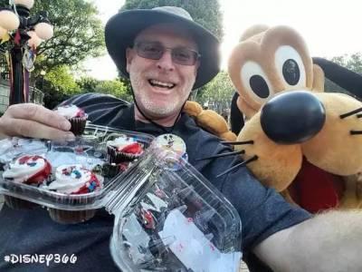 六年來,連續2000天,這個大叔每天都要去迪士尼樂園轉一圈……