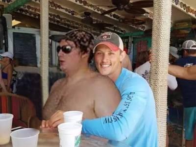 這對小情侶,想把那個沒穿衣服的胖子P掉,結果…